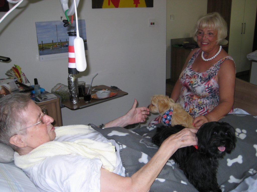 Frau Ingrid Steiner mit der Therapeutin Frau Anette Swoboda (rechts) und ihren Hunden