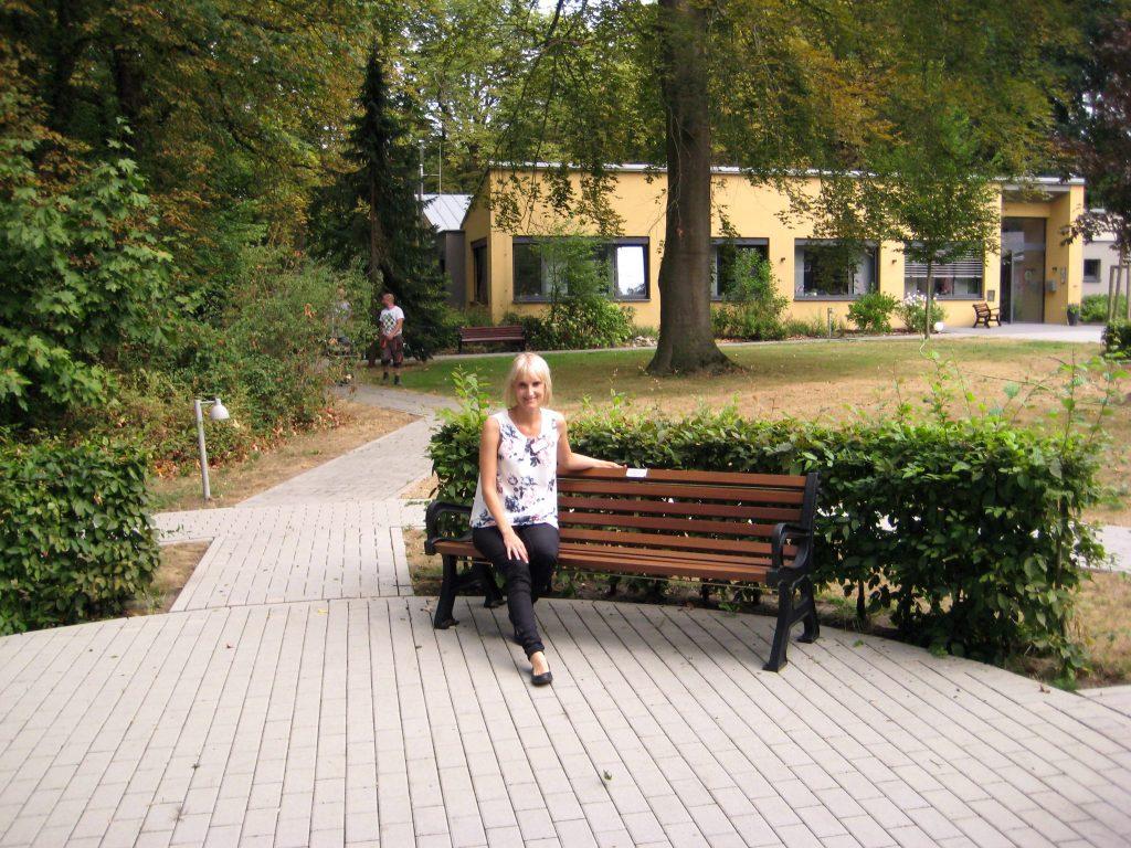 Leiterin des Lilge-Simon-Stifts Frau Alena Barkowski auf der neuen Bank